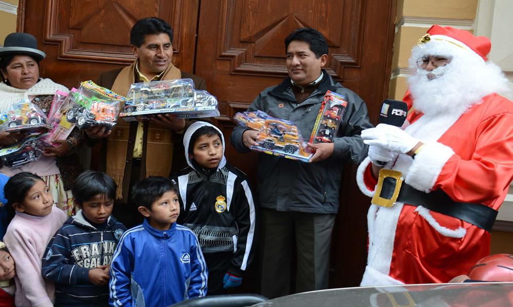 Gobernador de La Paz, Cesar Cocarico despidió a la caravana con 15 mil de juguetes. Foto: ABI