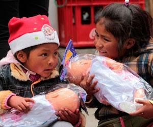 Campaña navideña entrega juguetes a miles de niños