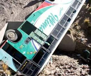 Cinco muertos y 16 heridos al caer un autobús a barranco