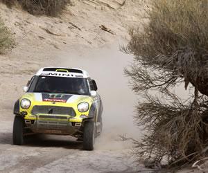 Carlos Sainz gana la cuarta etapa y es el nuevo líder del Dakar en autos