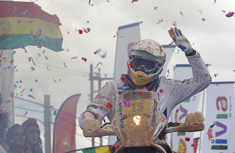 El piloto polaco Kuba Przyygonski arriba a la meta del Rallly Dakar 2014. EFE
