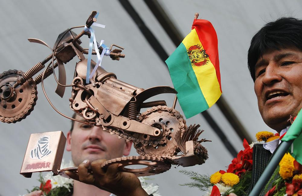 El presidente de Bolivia, Evo Morales, sostiene un trofeo del Rallly. EFE