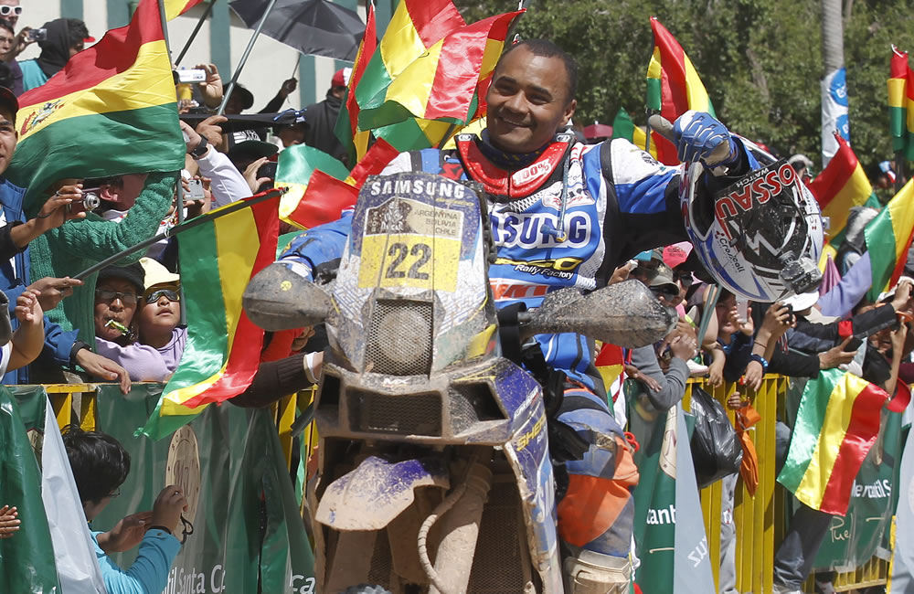 El piloto francés Alain Duclos arriba a la meta de la séptima etapa del Rallly Dakar. EFE