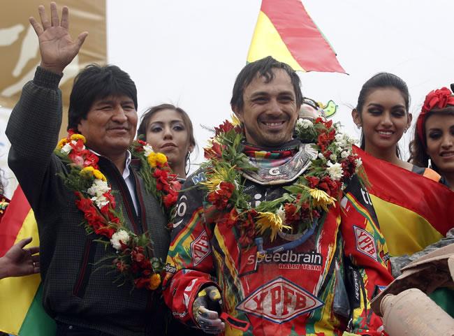 El presidente de Bolivia, Evo Morales (i), posa junto al piloto boliviano Juan Carlos Salvatierra (d), en la llegada del Rallly Dakar 2014 a la ciudad de Uyuni. EFE