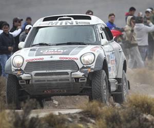Al Attiyah gana octava etapa del Dakar y Peterhansel recorta tiempo a 'Nani'
