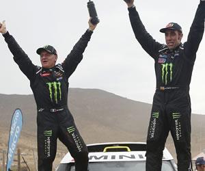 El español Nani Roma (d) y su copiloto Michel Perin celebran su primer triunfo en el Rally Dakar. EFE