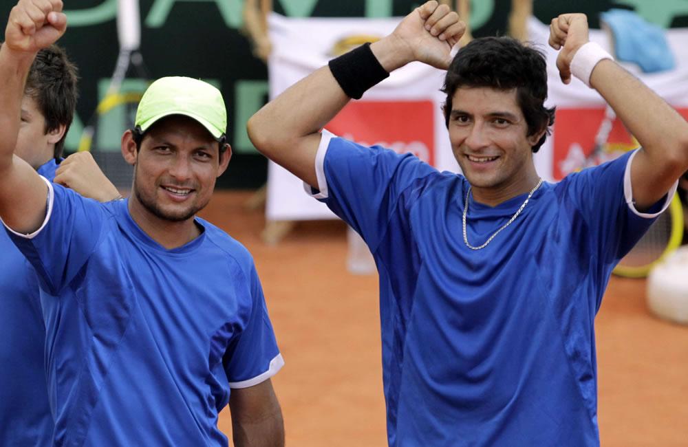Los jugadores de El Salvador Rafael Arévalos (i) y su hermano Marcelo Arévalos celebran el triunfo ante los paraguayos Diego Galeano y Juan Carlos Ramírez. EFE