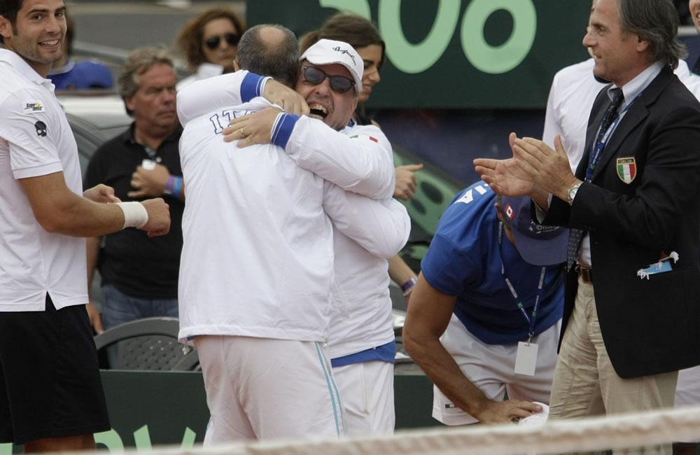 Integrantes del equipo italiano de Copa Davis celebran. EFE