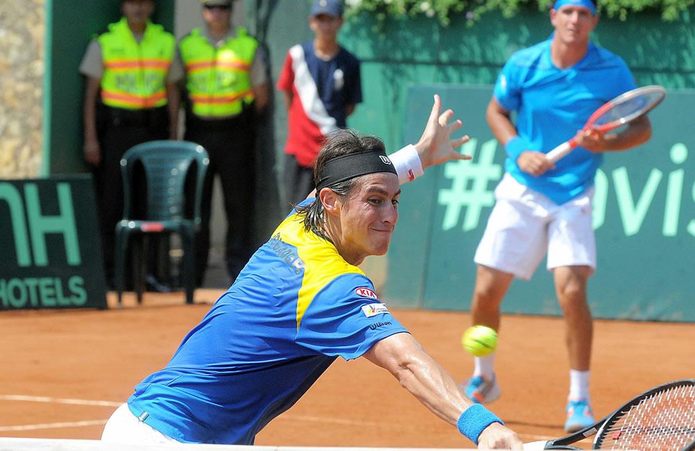 Los tenistas ecuatorianos Giovanni Lapentti (i) y Emilio Gomez (d) se enfrentan en dobles a Luis Martínez y David Maytín de Venezuela. EFE