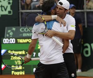 Los tenistas italianos Simone Bolelli (d) y Fabio Fognini (i) celebran después de vencer a sus pares de Argentina Eduardo Schwank y Horacio Zeballos. EFE
