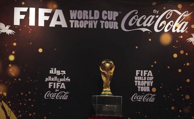 El presidente de México levanta el trofeo de la Copa del Mundo. Archivo EFE
