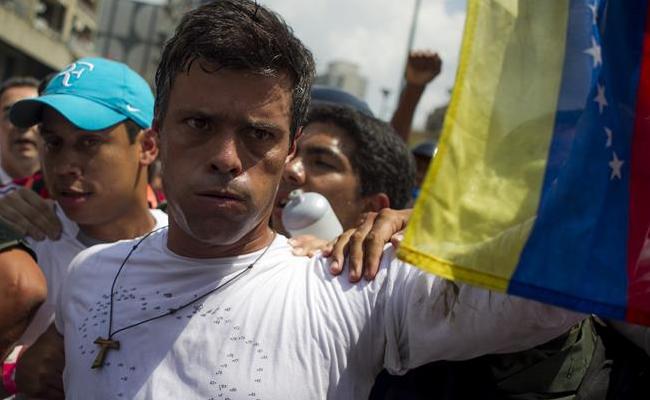 Leopoldo López se entrega a la Guardia en plaza de Brión de Chacaito