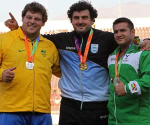 El boliviano Aldo Gonzalez (bronce) posan en el podio, en la premiación del lanzamiento de bala en los X Juegos de la Odesur, en Santiago de Chile. EFE