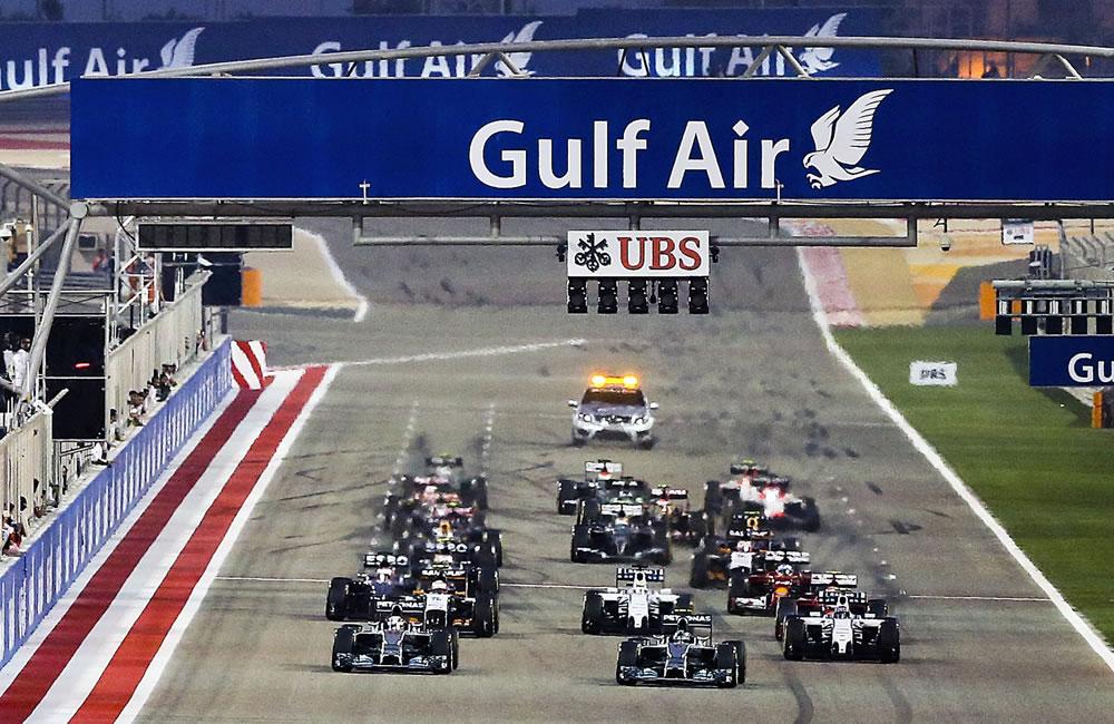 Pilotos durante la salida del Gran Premio de Baréin. Foto: EFE