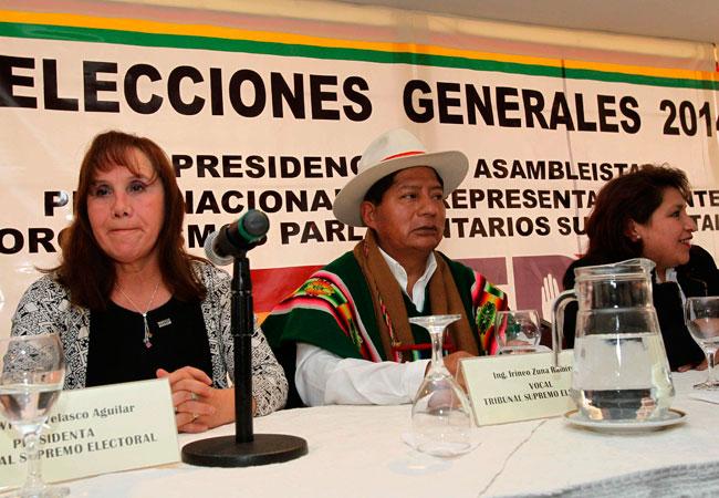 La presidenta del Tribunal Supremo Electoral (TSE), Wilma Velasco Aguilar (i), junto a los vocales del tribunal Dina Chuquimia (d) e Irineo Zuna (c), anuncian la fecha de las Elecciones Generales. Foto: EFE