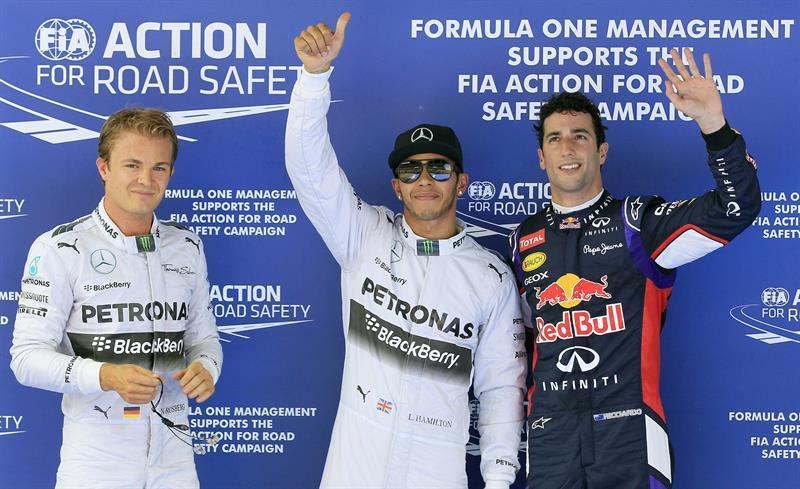 El piloto británico de Mercedes, Lewis Hamilton (c), su compañero, el alemán Nico Rosberg (i). Foto: EFE