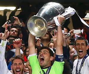 El capitán del Real Madrid Iker Casillas levanta la copa de la Champions League. EFE