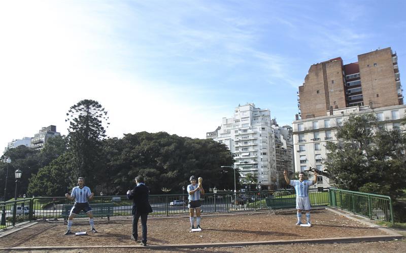 Las esculturas de Diego Maradona (c), Lionel Messi (d) y Gabriel Batistuta (i) son exhibidas. EFE