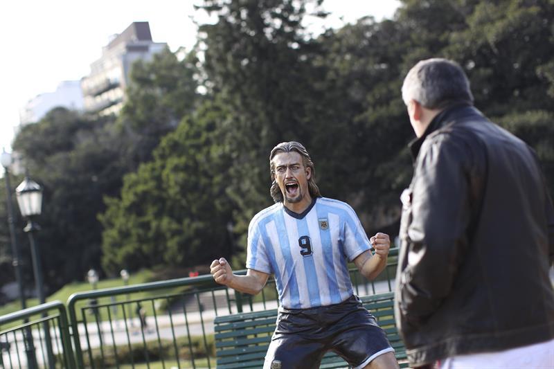 Una escultura del exjugador de la selección argentina Gabriel Batistuta. EFE