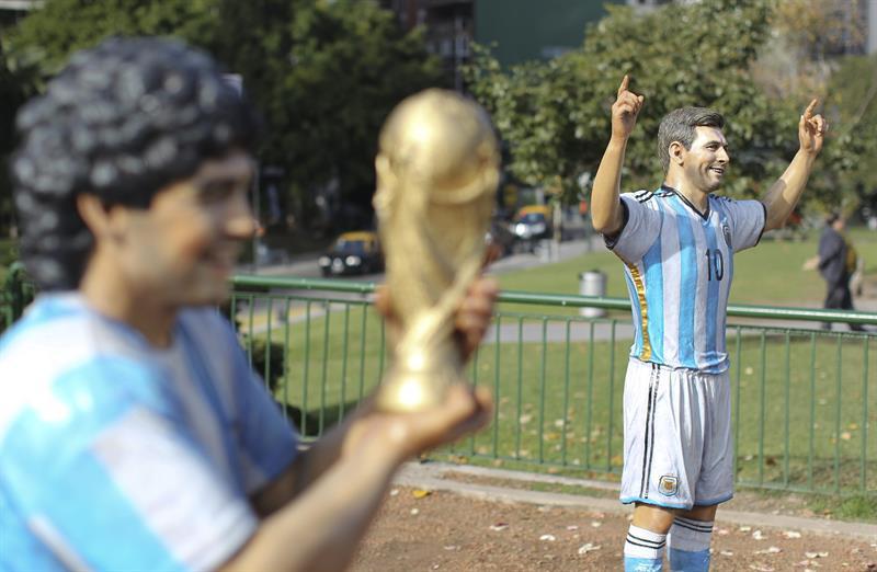 Las esculturas de Diego Maradona (i) y Lionel Messi (d) son exhibidas. EFE