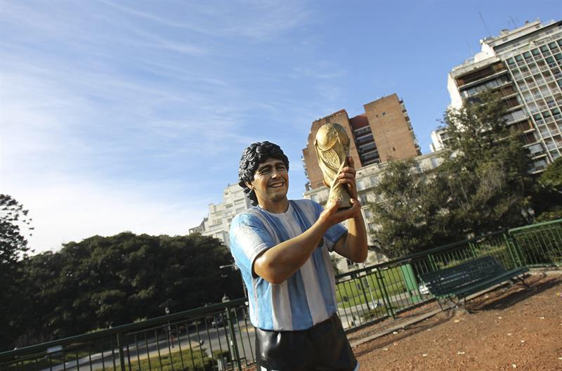Una escultura del exjugador de la selección argentina Diego Maradona. EFE