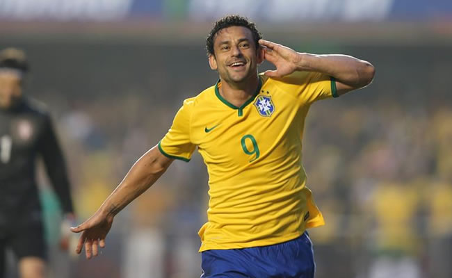 Fred de Brasil celebra tras anotar un gol ante Serbia. Foto: EFE