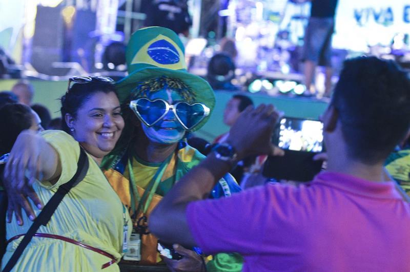 Una mujer posa durante la inauguración de la FIFA Fan Fest . EFE