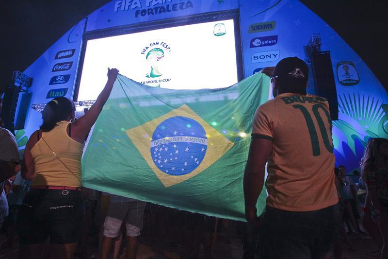 Fanáticos sostienen una bandera de Brasil durante la inauguración de la FIFA Fan Fest . EFE