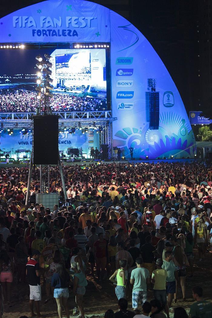 Fanáticos asisten a la inauguración de la FIFA Fan Fest . EFE