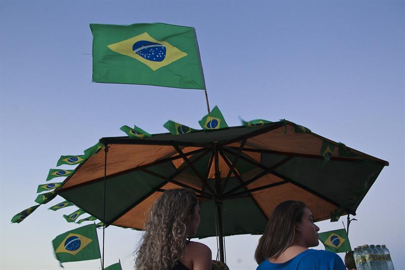 Dos mujeres asisten a la inauguración de la FIFA Fan Fest . EFE