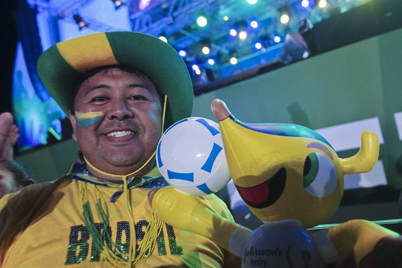 Un hombre posa durante la inauguración de la FIFA Fan Fest . EFE