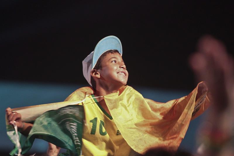 Un niño asiste a la inauguración de la FIFA Fan Fest . EFE