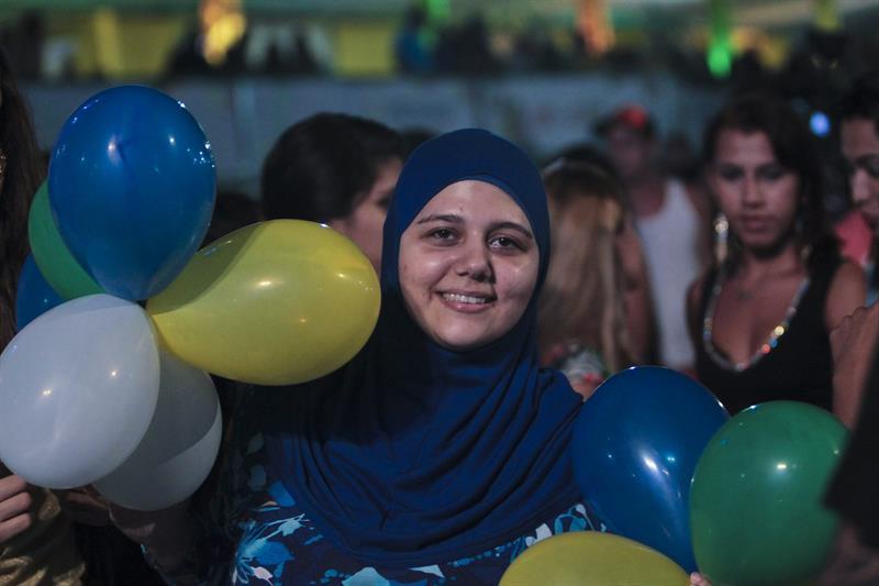 Una mujer asiste a la inauguración de la FIFA Fan Fest . EFE