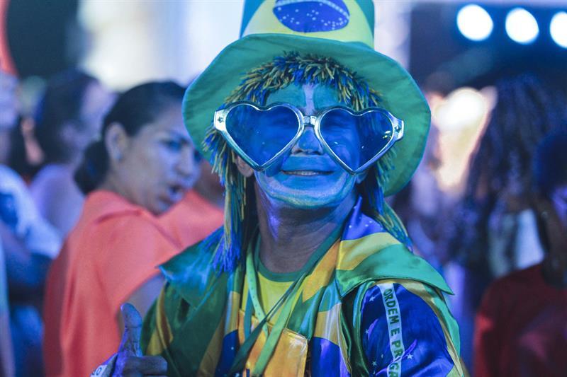 Un hombre posa durante la inauguración de la FIFA Fan Fest. EFE