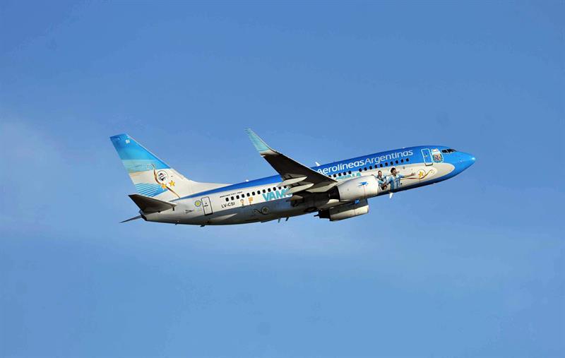 Los jugadores de la selección argentina viajan en el avión que los trasladará a Brasil desde el aeropuerto internacional Ezeiza. EFE