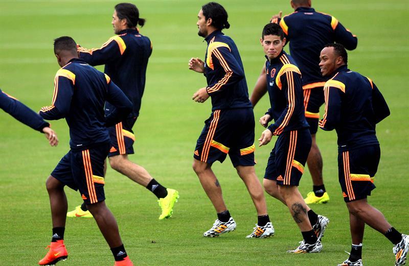 Los jugadores de la selección colombiana de fútbol James Rodríguez (2-d) y Camilo Zúñiga (d) participan en el tercer entrenamiento del seleccionado nacional . EFE