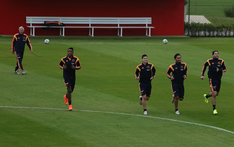 Los jugadores de la selección colombiana de fútbol Carlos Carbonero, James Rodríguez, Abel Aguilar y Mario Yepes. EFE