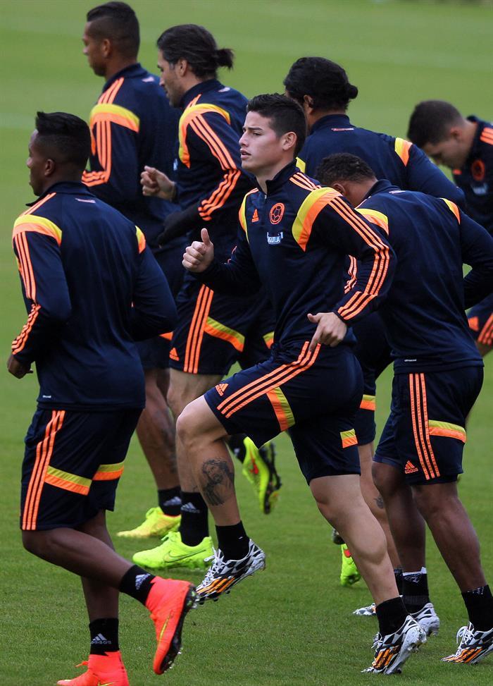 El jugador de la selección colombiana de fútbol James Rodríguez (c) participa con sus compañeros de equipo en el tercer entrenamiento del seleccionado nacional . EFE