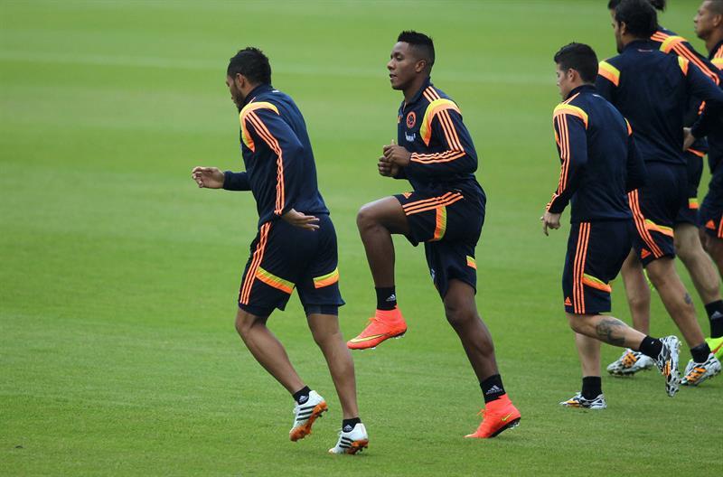 El jugador de la selección colombiana de fútbol Carlos Carbonero (2-i) participa con sus compañeros de equipo en el tercer entrenamiento del seleccionado nacional. EFE