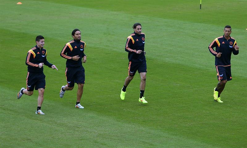 Los jugadores de la selección colombiana de fútbol James Rodríguez, Abel Aguilar, Mario Yepes y Fredy Guarín participan en el tercer entrenamiento. EFE