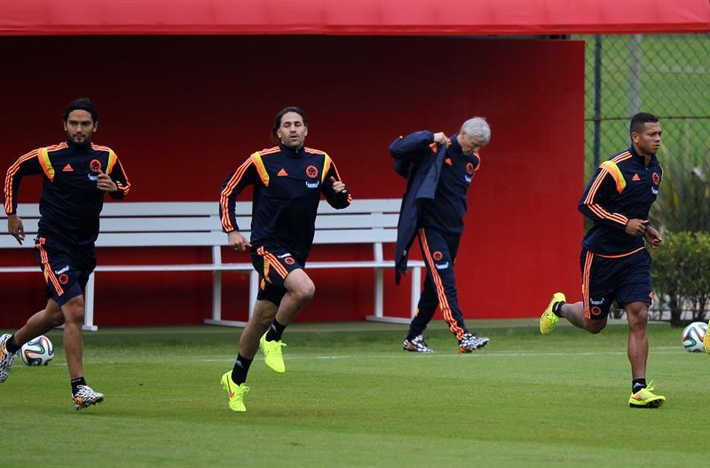 Los jugadores de la selección colombiana de fútbol Abel Aguilar (i), Mario Yepes (2-i) y Fredy Guarin (d) participan en el tercer entrenamiento. EFE