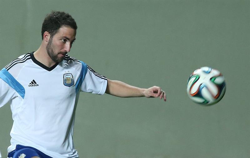 El jugador de Argentina Gonzalo Higuaín participa en un entrenamiento en el estadio Arena Independencia en Belo Horizonte. EFE