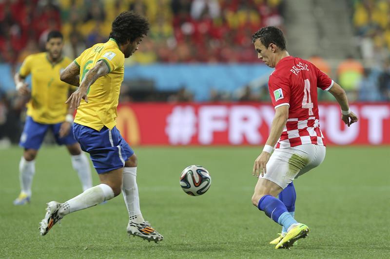 El defensa brasileño Marcelo Vieira (i) lucha un balón con el defensa croata Danijel Pranjic, durante el partido. EFE
