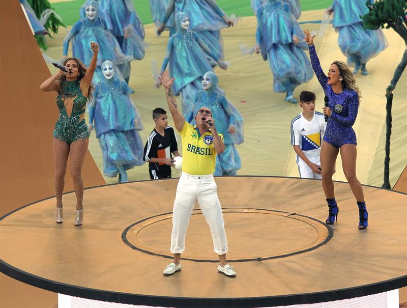 Los cantantes estadounidenses, Pitbull y Jennifer López (i) junto a la brasileña Claudia Leitte (d) . EFE