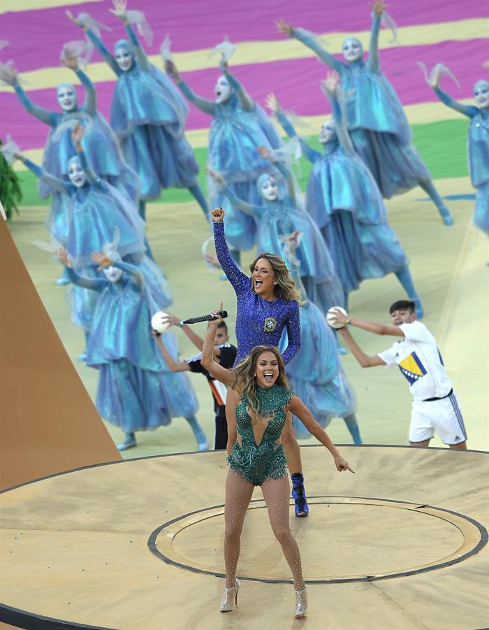 Las cantantes estadounidense Jennifer López (primer término) junto a la brasileña Claudia Leitte . EFE