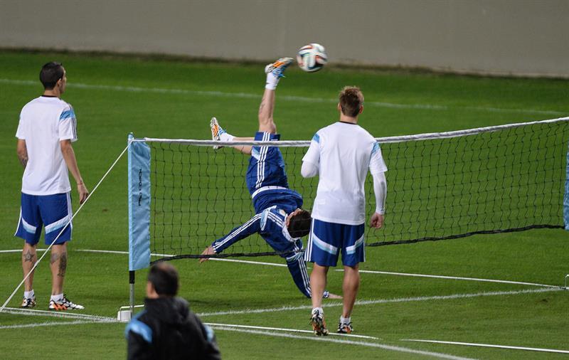 El jugador de Argentina Lionel Messi (i) participa en un entrenamiento en el estadio Arena Independencia en Belo Horizonte. EFE