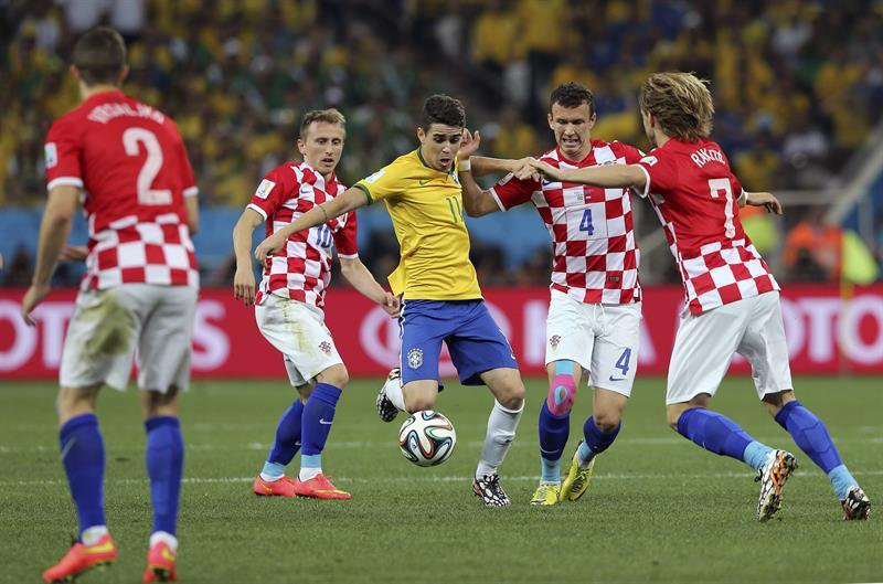 El centrocampista brasileño Oscar dos Santos (c) controla el balón ante los jugadores de Croacia. EFE