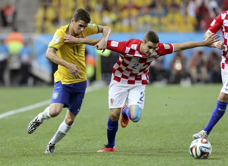 El centrocampista brasileño Oscar dos Santos (i) y el defensa croata Sime Vrsaljko luchan por el balón . EFE