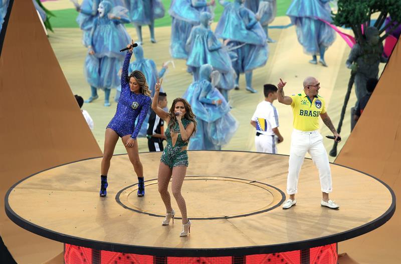 Los cantantes estadounidenses, Pitbull y Jennifer López (c) junto a la brasileña Claudia Leitte (i) . EFE