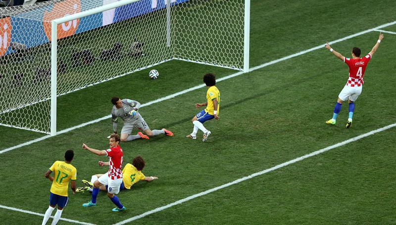 El defensa croata Danijel Pranjic (d) celebra el gol que ha marcado el defensa brasileño Marcelo Vieira (2d) . EFE